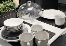 Комплект блюд фарфора, шаров, плит и кофейных чашек Стоковое фото RF
