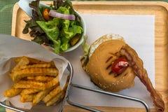 Комплект бургера с, французских фраев и салата Стоковые Изображения RF