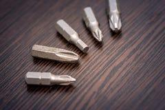 Комплект буровых наконечников на столе стоковые фотографии rf