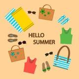 Комплект вещей на предпосылке песка, плетеных сумок лета, сандалий, солнечных очков, пляжных полотенец иллюстрация вектора