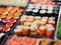 Комплект взгляд сверху суш и maki свертывают еду Японии на таблице Стоковое Фото