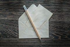 Комплект винтажного карандаша конвертной бумаги на черной доске Стоковые Фотографии RF