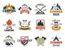 Комплект винтажных значков лагеря древесин и логотип перемещения вручают вычерченному лагерю горы природы эмблем внешнюю иллюстра иллюстрация вектора