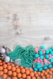 Комплект винтажных шариков украшений костюма, ожерелиь, браслетов, шарфа стоковое фото