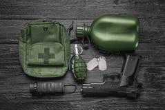 Комплект воинского обмундирования на деревянной предпосылке Стоковые Изображения RF