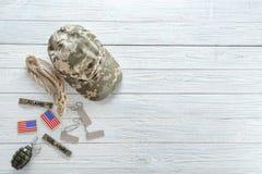 Комплект воинского обмундирования на деревянной предпосылке Стоковое Изображение