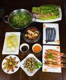 Комплект въетнамских морепродуктов с креветками тигра барбекю, зажаренного кальмара, шевелит зажаренную капусту, пряный clam пара Стоковое фото RF