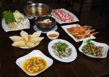 Комплект въетнамских морепродуктов с креветками тигра барбекю, зажаренной сладостной улиткой, скольжением хлеба, пряным clam пара Стоковые Фотографии RF