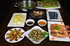 Комплект въетнамских морепродуктов с креветками тигра барбекю, зажаренного кальмара, шевелит зажаренную капусту, пряный clam пара Стоковое Изображение