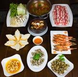 Комплект въетнамских морепродуктов с креветками тигра барбекю, зажаренной сладостной улиткой, скольжением хлеба, пряным clam пара Стоковые Изображения RF