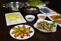 Комплект въетнамских морепродуктов с креветками тигра барбекю, зажаренного кальмара, шевелит зажаренную капусту, пряный clam пара Стоковая Фотография