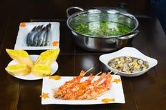 Комплект въетнамских морепродуктов с креветками тигра барбекю, скольжения хлеба, Stir-зажарил улитку с тамариндом, и горячий бак  Стоковые Фото