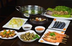 Комплект въетнамских морепродуктов с креветками тигра барбекю, зажаренного кальмара, шевелит зажаренную капусту, пряный clam пара Стоковое Изображение RF