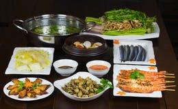 Комплект въетнамских морепродуктов с креветками тигра барбекю, зажаренного кальмара, шевелит зажаренную капусту, пряный clam пара Стоковые Фотографии RF
