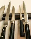 Комплект высококачественных инструментов ножей кашевара кухни на смертной казни через повешение доски магнита на стене Стоковое Фото