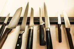 Комплект высококачественных инструментов ножей кашевара кухни на смертной казни через повешение доски магнита на стене Стоковое Изображение
