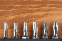 Комплект голов для отвертки на деревянном столе стоковое изображение rf