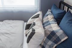 комплект голубых и белых подушек на кровати Стоковая Фотография RF