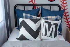 комплект голубых и белых подушек на кровати Стоковое Изображение RF