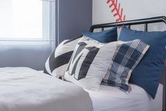 комплект голубых и белых подушек на кровати Стоковое фото RF