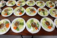 Комплект группы азиатского обедающего еды готового для служения на таблице на ба Стоковые Изображения RF