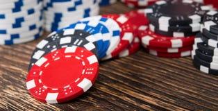 Комплект денег для играя карточек, на деревянном столе Стоковые Фото