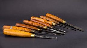Комплект деревянного зубила для высекать древесину, инструменты скульптуры на серой предпосылке Стоковое Фото