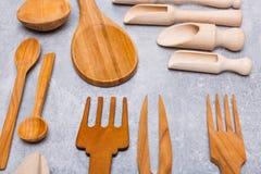 Комплект деревянных приборов на серой предпосылке Стоковое фото RF