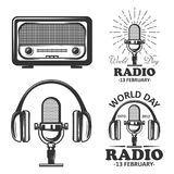 Комплект дня радио мира эмблем года сбора винограда вектора Радио, микрофон, наушники возражает в monochrome винтажном стиле Стоковое фото RF