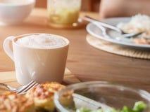 Комплект еды, салата, испек шпинат с сыром и кофе стоковое изображение rf