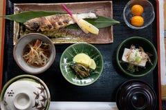 Комплект еды Японии рыб гриля с солью на деревянной плите Стоковые Фотографии RF