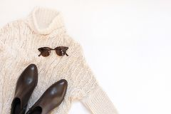 Комплект женских стильных одежд и аксессуаров на белом положении квартиры предпосылки, космосе текста Стоковые Фото