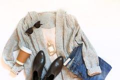 Комплект женских стильных одежд и аксессуаров на белом положении квартиры предпосылки, взгляд сверху Стоковое Фото