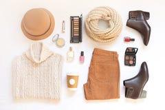 Комплект женских стильных одежд и аксессуаров на белом положении квартиры предпосылки, взгляд сверху Стоковое Изображение