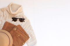 Комплект женских стильных одежд и аксессуаров на белом положении квартиры предпосылки, взгляд сверху Стоковая Фотография RF