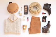 Комплект женских стильных одежд и аксессуаров на белом положении квартиры предпосылки, взгляд сверху Стоковые Изображения RF