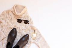 Комплект женских стильных одежд и аксессуаров на белом положении квартиры предпосылки, космосе текста Стоковая Фотография RF