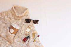 Комплект женских стильных одежд и аксессуаров на белом положении квартиры предпосылки, космосе текста Стоковые Фотографии RF
