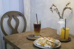 Комплект завтрака с питьем и десертом Стоковые Фото