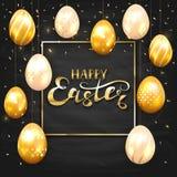 Комплект золотых пасхальных яя на черной предпосылке доски Стоковое Фото