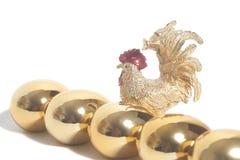 Комплект золотых яичек с золотым петухом Стоковые Фото
