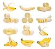 Комплект зрелого банана с куском на белизне Стоковые Изображения RF