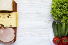 Комплект ингридиентов для делать сандвич: хлеб здравицы, сыр, bac стоковое фото