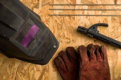 Комплект инструментов сварщика на деревянной предпосылке плоская работа инструментов положения стоковые изображения