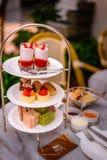 Комплект и печенья послеполуденного чая 3 ярусов Стоковое Изображение