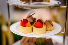 Комплект и печенья послеполуденного чая 3 ярусов Стоковые Фото