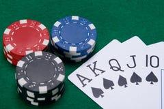 Комплект карточек с черным костюмом, и большое пари на зеленой таблице Стоковые Фото