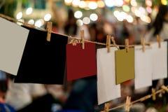 Комплект коричневых деревянных зажимок для белья и красочных будущих карточек доски Стоковое Изображение