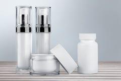 Комплект косметических продуктов в белых контейнерах Стоковое Изображение