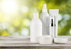 Комплект косметических продуктов в белых контейнерах Стоковые Фото